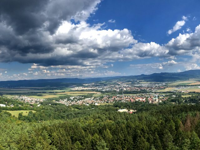 Výhľad z rohľadne Čajka v oblakoch na Bojnice a Prievidzu